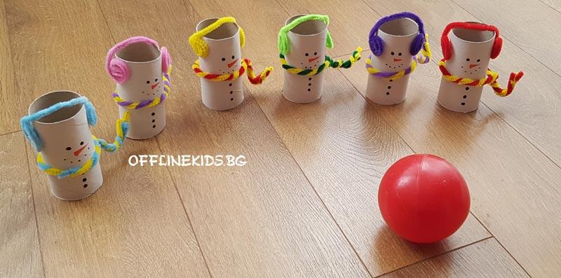 Картинка за игра на боулинг у дома с децата.