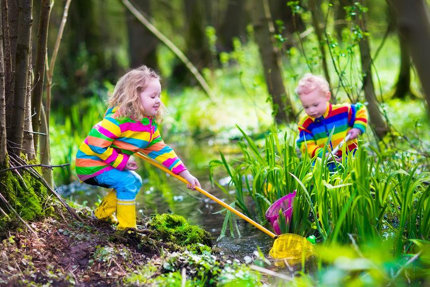 Деца играят сред природата