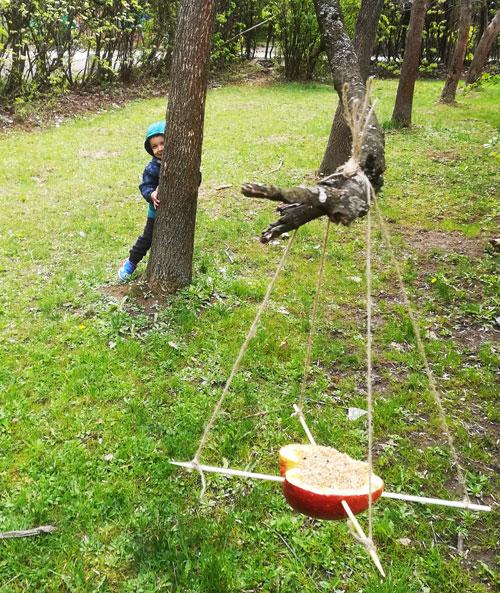 """Яни се крие зад дървото и повтаря """"Наднича Яни""""."""